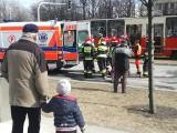 Potrącenie przez tramwaj w Katowicach. 19-latek wpadł pod tramwaj na Korfantego. Ratownicy wyciągali go spomiędzy kół ZDJĘCIA