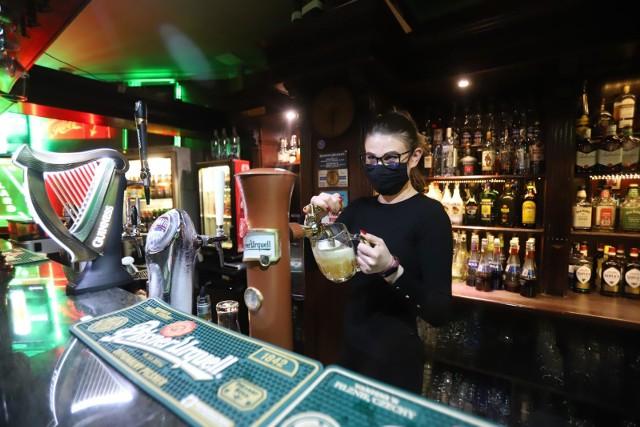 City pub przy 3 Maja. 23.10, ostatni wieczór przed zamknięciem lokali gastronomicznych z powodu koronawirusa.
