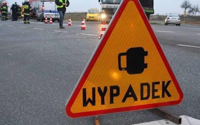 Śmiertelny wypadek na drodze krajowej nr 80 w Strzyżawie pod Bydgoszczą. Samochód osobowy wypadł z drogi, ścinając drzewo, zatrzymał się w rowie. Kierowca auta zginął na miejscu.