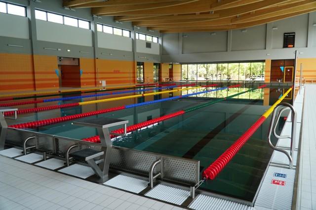 Podczas konferencji prasowej dotyczącej zmiany obostrzeń premier zapowiedział ponowne otwarcie basenów od piątku, 12 lutego. Wyłączone z nowego rozporządzenia mają być aquaparki. Sprawdziliśmy, które baseny i pływalnie w Poznaniu i w okolicy wznowią swoją działalność, a które pozostaną zamknięte. Przejdź do galerii----------->