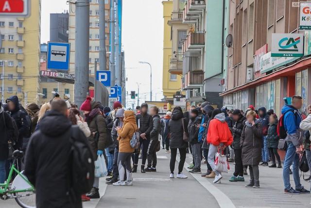 Tłum na przystanku w centrum Szczecina