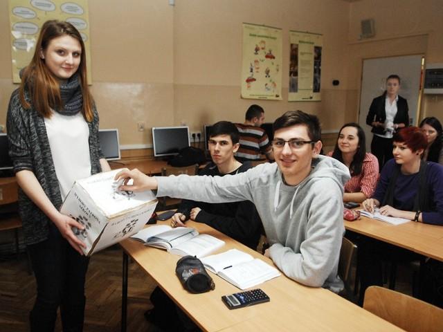 W klasie IIc Technikum Ekonomicznego głosował między innymi Tomasz Baran (na zdjęciu)