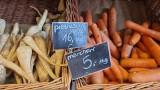 Pietruszka 15 zł za kilogram, ziemniaki 9 zł za kilogram. AGROunia prezentuje ceny z warzywaniaka w centrum Warszawy