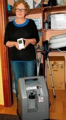 Barbara Lechwar prezentuje koncentrator tlenu i pulsoksymetr, podobny do tych, jakie chcą kupić FOT. KATARZYNA HOŁUJ