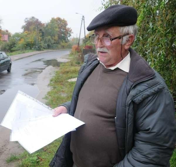 - Musimy szukać pomocy, bo chodzi o ludzkie życie - mówi Antoni Burak pokazując pisma, które mieszkańcy wysłali do urzędu miasta i starostwa.