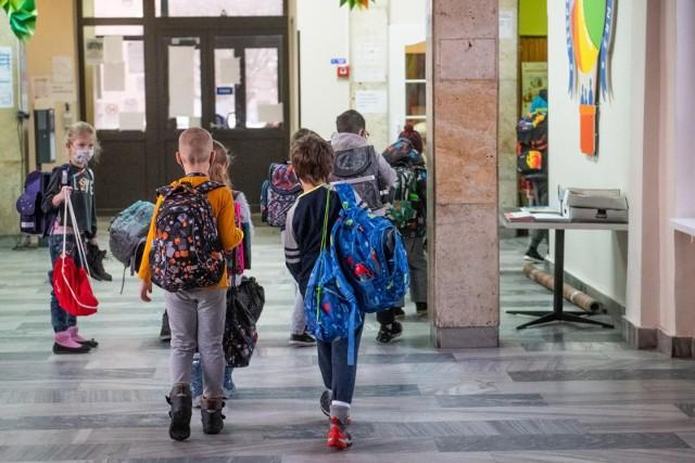 W pomoc nastolatkom z Bydgoszczy, których mama zmarła nagle kilka dni temu, włączają się pedagodzy i dyrekcja SP nr 45 w Bydgoszczy.Zdjęcie ilustracyjne