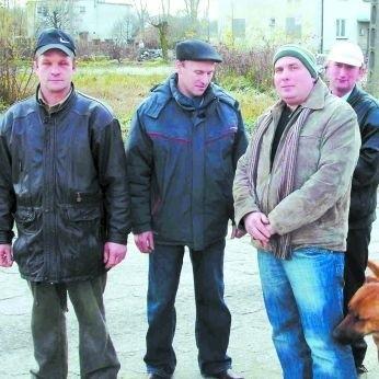 - Jeśli nie będzie podwyżek, to niedługo wpadniemy w tarapaty - mówi Bronisław Wyrwas z Kolonii Kawałek (pierwszy z lewej)