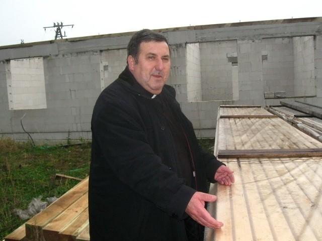- Kronopol przekazał nam w darze materiały na pokrycie dachu –cieszy się ks. Zygmunt Czepirski.