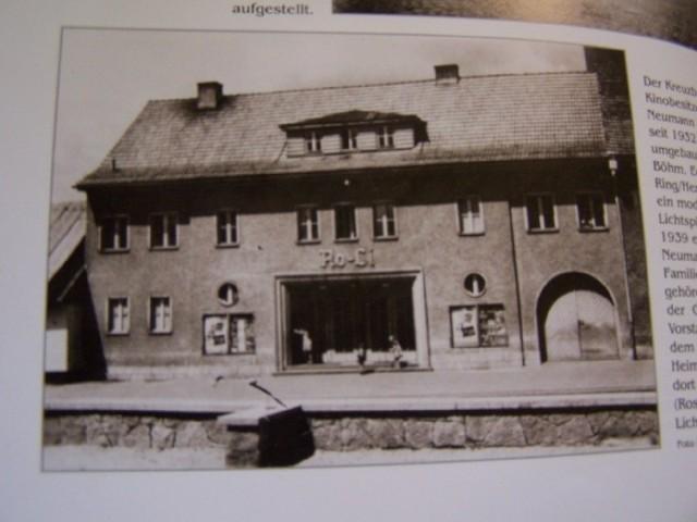W 1939 roku właściciel kluczborskiego kina Neumann kupił od oleskiej rodziny Michnioków dom na Wielkim Przedmieściu i przebudował go na kino. Na frontowej ścianie kina widniał napis Ro-Li, czyli Rosenberger Lichtspiele (Olesno do 1945 roku nosiło niemiecką nazwę Rosenberg).