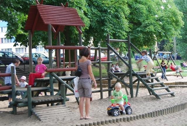 Dzieci bawiące się na goleniowskich placach zabaw, po wejściu uchwały w życie, będą miały komfort zabawy na czystym powietrzu.