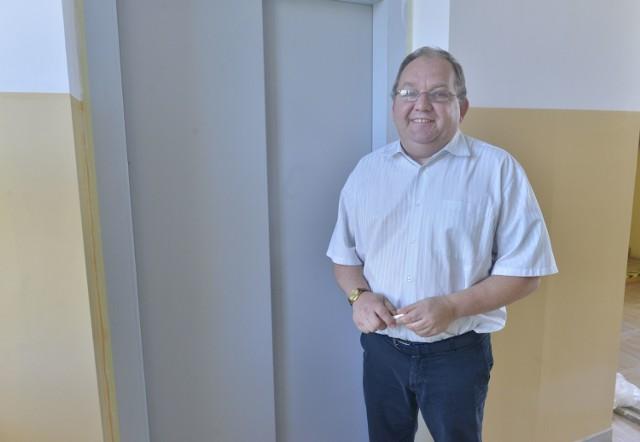 - Służby techniczne muszą sprawdzić i odebrać windę - mówi Wiktor Karoń, dyrektor X liceum.