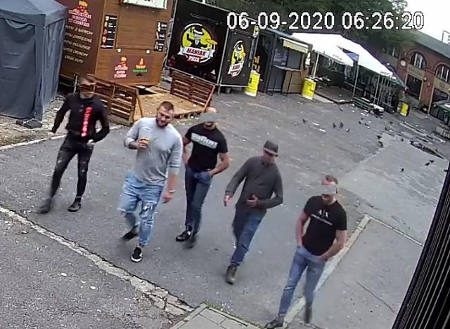 Policja poszukuje dwóch młodzieńców, którzy na ul. Piotrkowskiej, zaatakowali przypadkowego mężczyznę. Jeden z z nich uderzył go łokciem w twarz, a drugi chlusnął piwem. Ich wizerunki zarejestrowała kamera monitoringu. ZOBACZ ZDJĘCIA, KLIKNIJ DALEJ