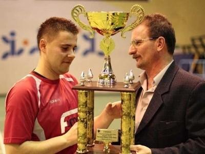 Puchar dla piłkarzy OKS Olesno.