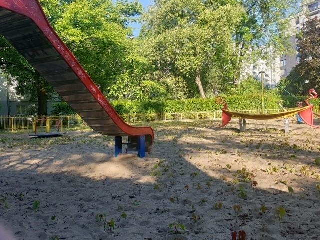 """Natura """"odzyskuje"""" zamknięty plac w parku przy ul. Leczniczej."""
