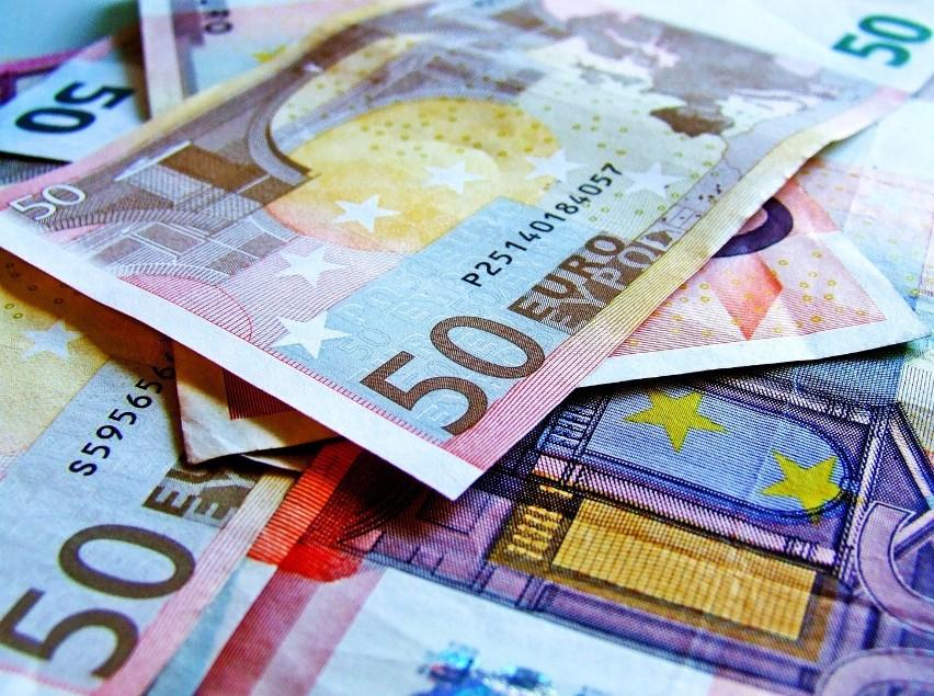 Płaca minimalna w naszym kraju znacznie odstaje od stawek proponowanych przez liderów Unii Europejskiej. Można wskazać aż pięć państw UE z płacą minimalną dwa razy wyższą niż w Polsce oraz jedno państwo, w którym najniższa krajowa jest trzy razy wyższa. Porównaj płacę minimalną w 21 krajach UE