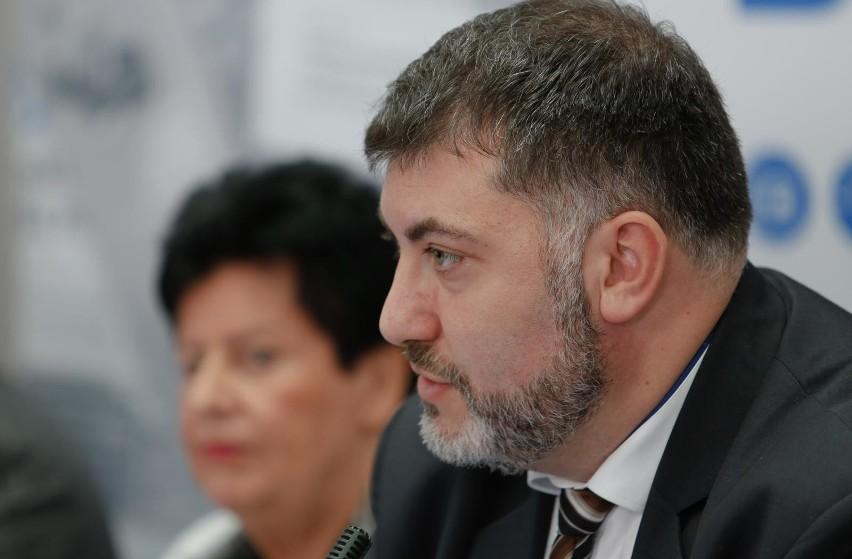 Artur Dziambor podczas debaty przedwyborczej w Dzienniku...