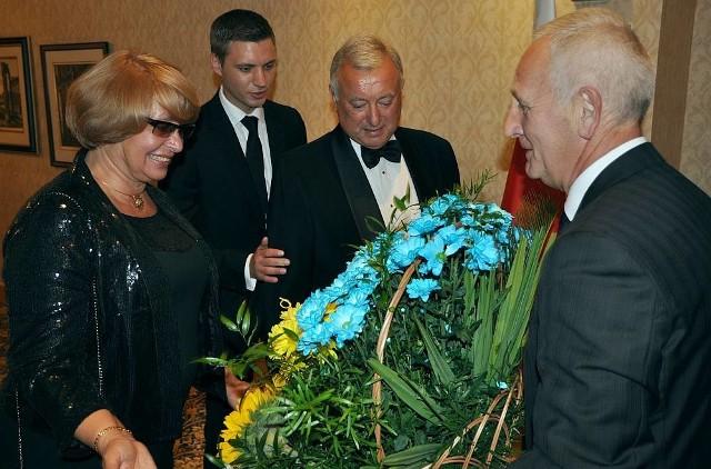 Starosta Andrzej Kruzel wręcza ambasadorowi Markijanowi Malskyemu kosz żółto-niebieskich kwiatów. Z lewej: małżonka ambasadora Marta Malska