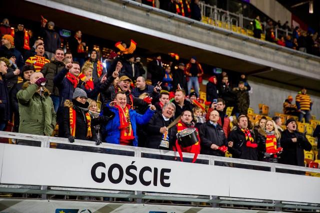 Kibice Jagiellonii Białystok na każdym meczy gorąco dopingują swoją drużynę. Zobacz, jak wspierali swoją drużynę podczas meczu Jagiellonia - Cracovia.