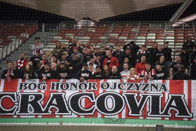Wśród 13 tysięcy kibiców którzy oglądali w Warszawie mecz Legia - Cracovia (1:0) była też grupa fanów z Krakowa. Zobacz, jak się bawili.