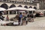 Tak wyglądał handel w Krakowie ponad pół wieku temu. Rynek był placem targowym! [ARCHIWALNE ZDJĘCIA]