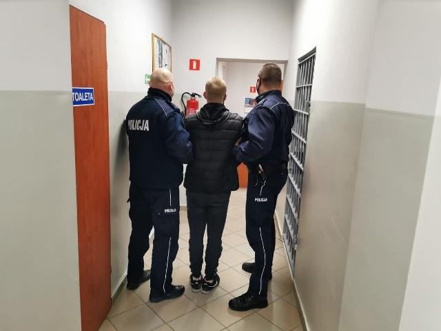 27-latek z Kcyni usłyszał zarzut włamania do puszki i kradzieży datków dla Celinki. Mężczyzna ma też na sumieniu kradzież gotówki z zaparkowanego auta oraz przywłaszczenie dokumentów. Za przestępstwa w warunkach tzw. recydywy grozi mu do 15 lat więzienia