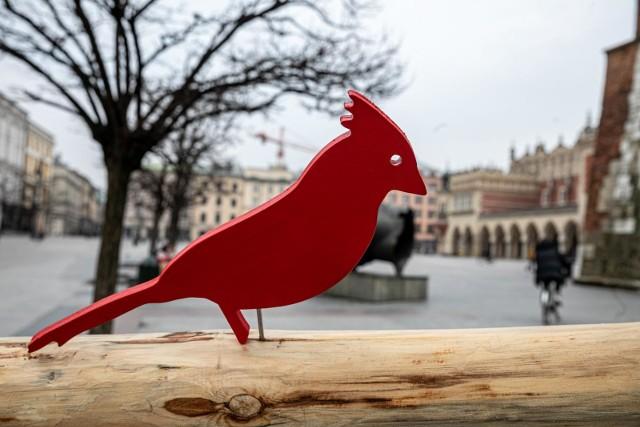 Wielkanocna ozdoba, udekorowana drewnianymi ptakami, przypomina o dawnych obrzędach i zwyczajach