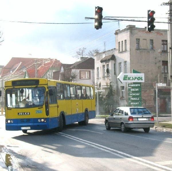 Kierowca tej skody też nie zauważył  czerwonego światła... i prawie uderzył w autobus