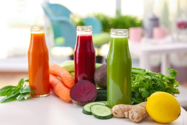 Świeży sok to skoncentrowane źródło witamin i składników mineralnych i smaczna przekąska między posiłkami. Ich picie pomoże uzupełnić poziom antyoksydantów we krwi, a dzięki temu poprawić samopoczucie, poziom energii i wygląd skóry. Najzdrowsze i najbardziej zalecane są własnoręcznie wyciskane soki na bazie warzyw, które można dosmaczać rozmaitymi owocami. Przygotowanie smacznej kompozycji nie jest trudne – wystarczy, że skorzystasz z naszych przepisów! Sprawdź, jak przygotować soki z 10 rodzajów popularnych owoców i warzyw! Zobacz kolejne slajdy, przesuwając zdjęcia w prawo, naciśnij strzałkę lub przycisk NASTĘPNE.