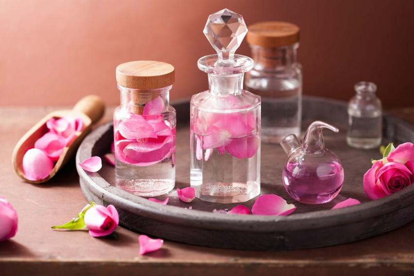 Woda różana jest hydrolatem, który powstaje przy destylacji...