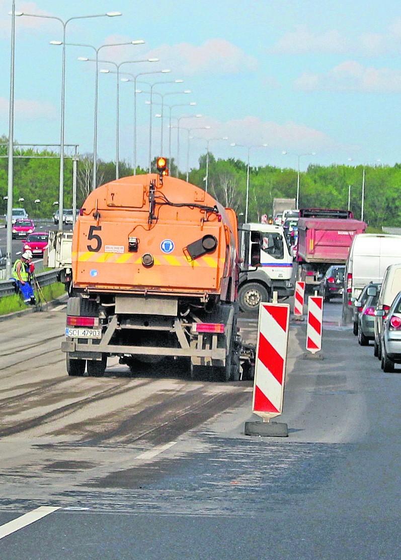 Kierowcy muszą liczyć się z utrudnieniami i korkami na DTŚ. Drogowcy zajmują dwa pasy w kierunku Katowic