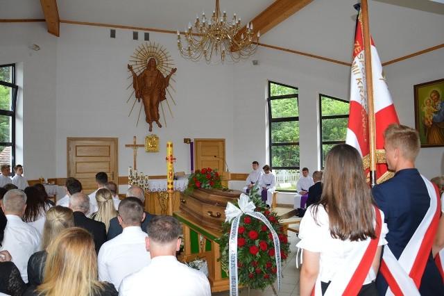 Trumna z ciałem świętej pamięci Bogdana Dziuby w kaplicy cmentarnej na cmentarzu w Jastkowicach
