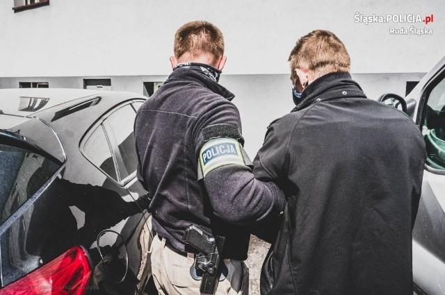 Zdjęcie z zatrzymania 32-latka z Jastrzębia-Zdroju, który specjalizował się w kradzieżach luksusowych samochodów