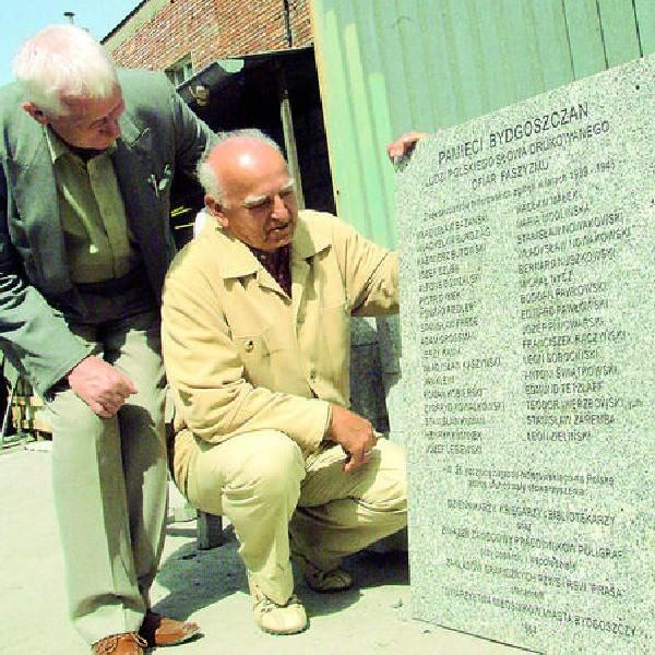 Wojciech Sobolewski i Stanisław Raczyńki pokazują tablicę, którą już odnowił kamieniarz.