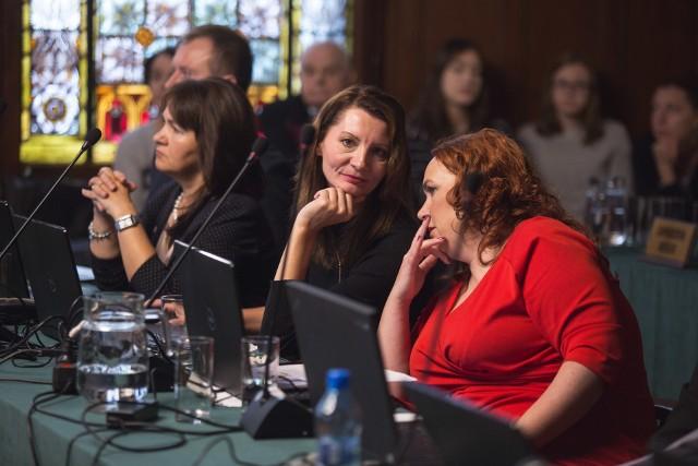 Radna Renata Stec z Platformy tłumaczy, że chciałaby wpłynąć na poprawę sytuacji w słupskiej komunalce. Jej zdaniem eksmisjew miejscu w lokalach z centralnym ogrzewaniem to dawanie ciepła osobom, które się zadłużają.