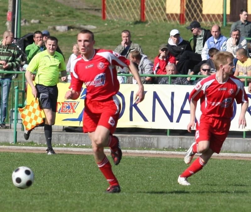 Piłkarze z Bytowa (czerwone stroje) liczą na kolejny awans w Pucharze Polski.