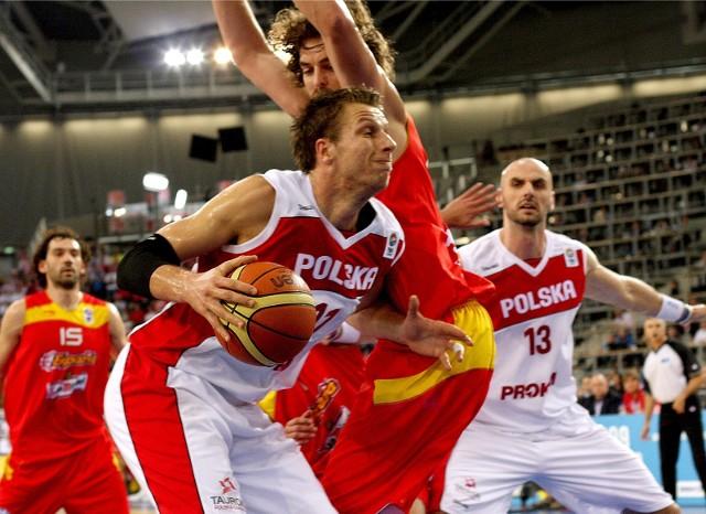 Michał Ignerski w reprezentacji grał m. in. z Marcinem Gortatem (nr 13) i rywalizował z takimi graczami jak Pau Gasol (za nim).