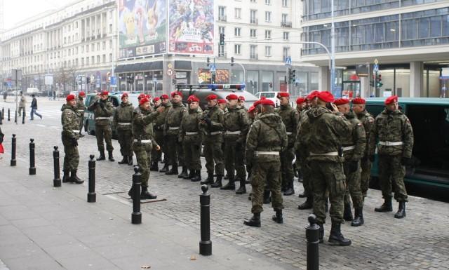 Żandarmeria wojskowa ma zabezpieczać manifestacje kobiet? Dziś premier Mateusz Morawiecki wydał rozporządzenie, które pozwala żandarmerii wspólnie z policją chronić  bezpieczeństwa i porządku publicznego.Tymczasem w całej Polsce trwają protesty, które są wyrazem sprzeciwu wobec orzeczenia Trybunału Konstytucyjnego w sprawie zaostrzenia prawa aborcyjnego.Czytaj na kolejnych slajdach >>>
