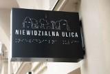Niewidzialna Ulica w Poznaniu. Wystawa, która demonstruje problemy osób niewidomych. Jedną z atrakcji jest tramwaj Helmut