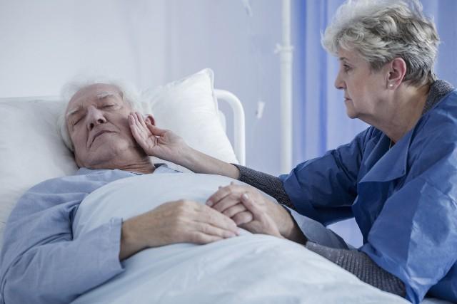 Szybka reakcja może uratować zdrowie i życie chorego na udar mózgu. Pamiętaj, aby nie zwlekać z pomocą i szybko zadzwonić po pogotowie.