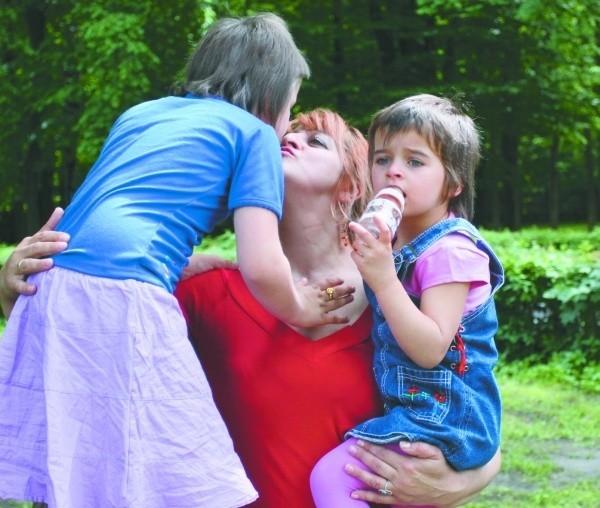 Trzyletnia Nikola (z prawej) i jej rodzeństwo spotykają się teraz z mamą i tatą w domu dziecka. Nie wiadomo, czy we wtorek będą wszyscy razem już na stałe.