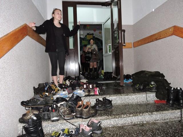 Na miejscu zbiórki, czyli w  szkole w Dąbrówce w gminie Lelis, uczestnicy najpierw zdjęli przemoczone buty