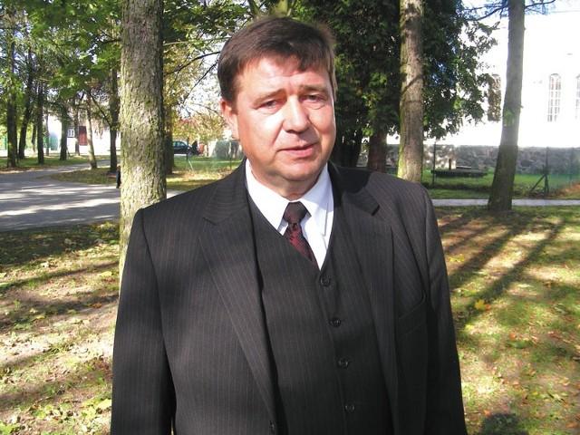 """Jakub Sadowski urodził się 7 grudnia 1953 roku, we wsi Tyniewicze Duże, w gminie Narew. Od 12 lat jest wójtem gminy Narew. W wyborach 2002 startował z Koalicyjnego Komitetu Wyborczego Sojusz Lewicy Demokratycznej - Unia Pracy. W 2006 roku, jako bezpartyjny, został zgłoszony przez Komitet Wyborczy Wyborców """"Sołectwa z Jakubem"""" z Doratynki."""