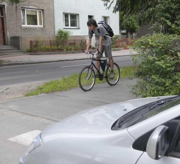Jeśli kierowca za szybko wyjedzie z garażu przy ul. Luboszyckiej, może potrącić rowerzystę.