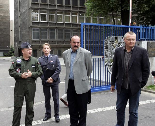 Grzegorz Małecki (w środku) od lat walczy z bazą lotniczą w Krzesinach