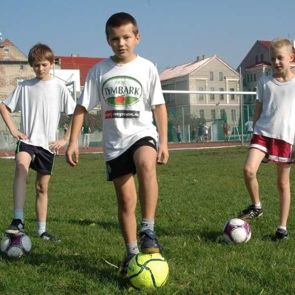 - Już nie możemy się doczekać przyjazdu do Kluczborka gwiazd futbolu - mówią (od lewej): Łukasz Oziembłowski, Przemek Woszek i Dawid Grzywacz.