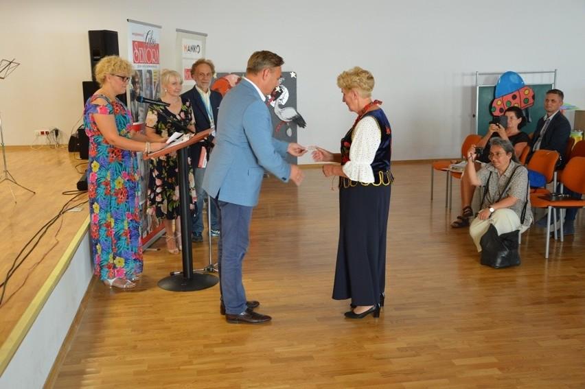 W czasie inauguracji Ogólnopolskiej Karty Seniora w Jedlni-Letnisku pierwsze karty dostali również mieszkańcy gminy.