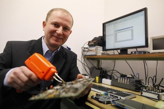 Na co dzień w swojej pracy naukowo-badawczej naukowiec zajmuje się przetwarzaniem sygnałów, jakością energii elektrycznej oraz konstrukcją systemów pomiarowych.