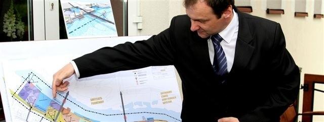 Wiceprezydent Grzegorz Płocha pokazuje projekt zagospodarowania brzegu Narwi