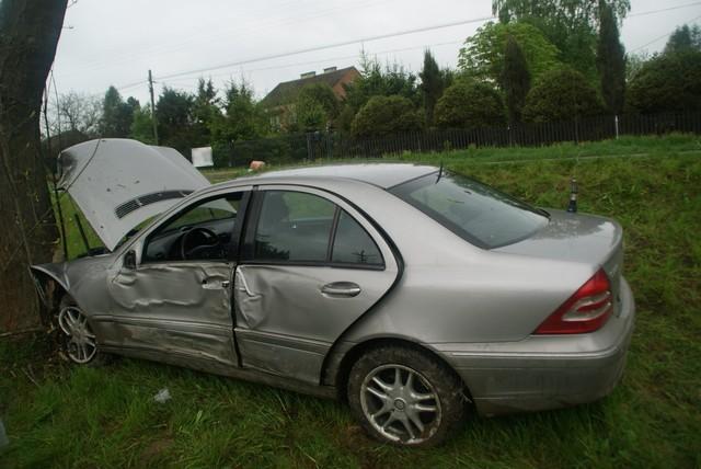 50-latek zasnął za kierownicą mercedesa. Samochód uderzył w przydrożne drzewo. Pasażerka z obrażeniami trafiła do szpitala.Do zdarzenia doszło wczoraj rano w Ustrobnej koło Krosna. - 50-letni kierujący mercedesem zasnął za kierownicą, przejechał przez przeciwległy pas ruchu i uderzył w przydrożne drzewo - relacjonuje Paweł Buczyński z KMP w Krośnie. - 49-letnia pasażerka została przetransportowana do szpitala. Obrażenia jakich doznała nie zagrażają jej życiu.Kierowca mercedesa był trzeźwy. Został ukarany mandatem.