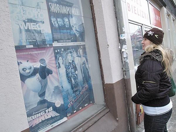 Po dawnym kinie Bałtyk w Białogardzie zostały już tylko plakaty filmowe.